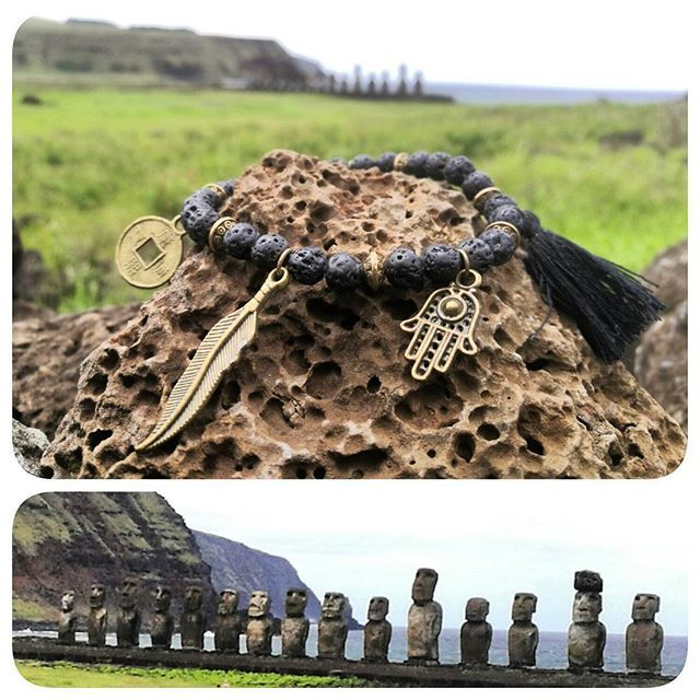 Pulsera / piedra volcánica / plumas / Om / monedas chinas Fortuna y prosperidad. #yantra_jewelry #yantra #amuleto #talisman #fortune #fortuna #prosperity #prosperidad #om #jewelry #piedrasnaturales #piedravolcanica #moai #isladepascua #easterisland #tongariki #plumas #borla #ahu #pulsera #brazalete #belleza #naturaleza #vidasana
