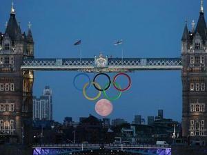 Insolite la lune ajoute un sixième anneau aux anneaux des Jeux Olympiques. (Photo) - par MENATWORK