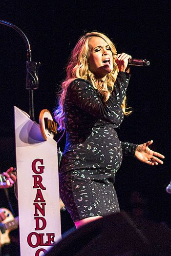 Carrie Underwood performing at Ryman Auditorium on the Grand Ole Opry with her big baby bump! Too ADORABLE!
