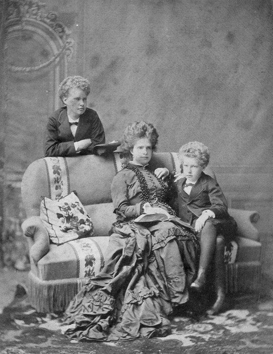 SM a Rainha D. Maria Pia de Portugal, com os seus filhos o Príncipe Real D. Carlos I, futuro rei e o Infante D. Afonso, Duque do Porto. em 1874.