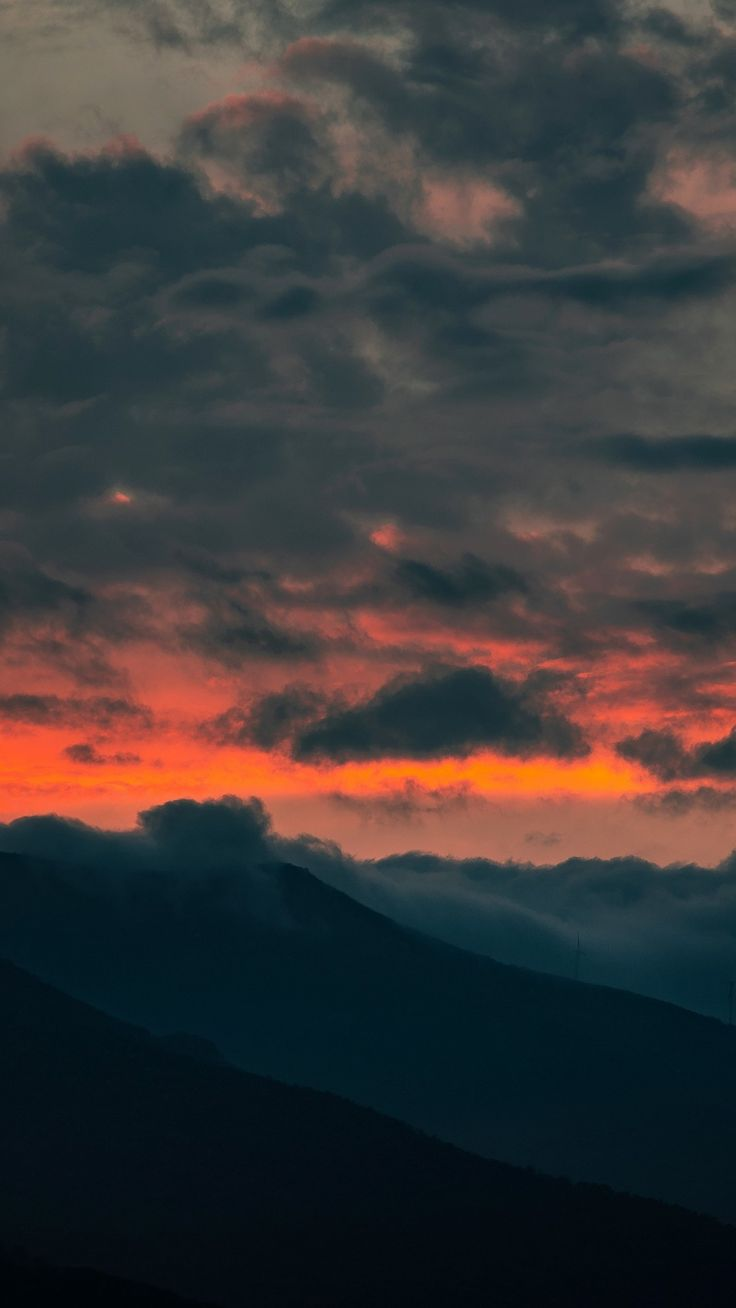 Spending a weekend in the mountains always leaves me feeling refreshed. Clouds, Sunset, Mountain | Sky aesthetic, Nature aesthetic ...