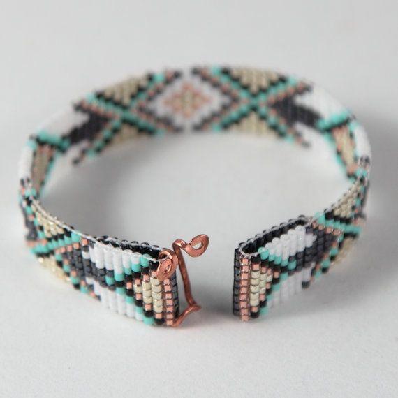 Ce bracelet Tribal diamants perle Loom a été inspiré par tous les beaux natif et Latin American modèles que je vois autour de moi à Albuquerque,