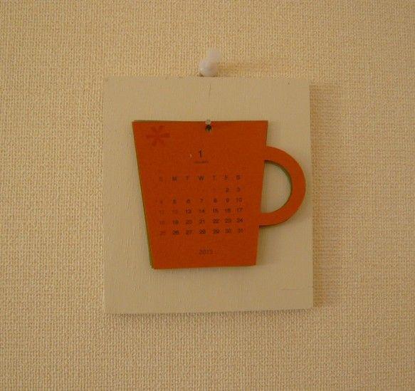 カップの形のカレンダーです。白いペンキを塗った木のベースにかけて飾ります。1ヶ月ずつ違う色の特殊紙を使っています。1月から6月まで各1枚、7月からは1から6月...|ハンドメイド、手作り、手仕事品の通販・販売・購入ならCreema。