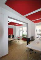Akustikdeckenplatten mit Abstand zur Decke gehängt und mit integrierter Beleucht