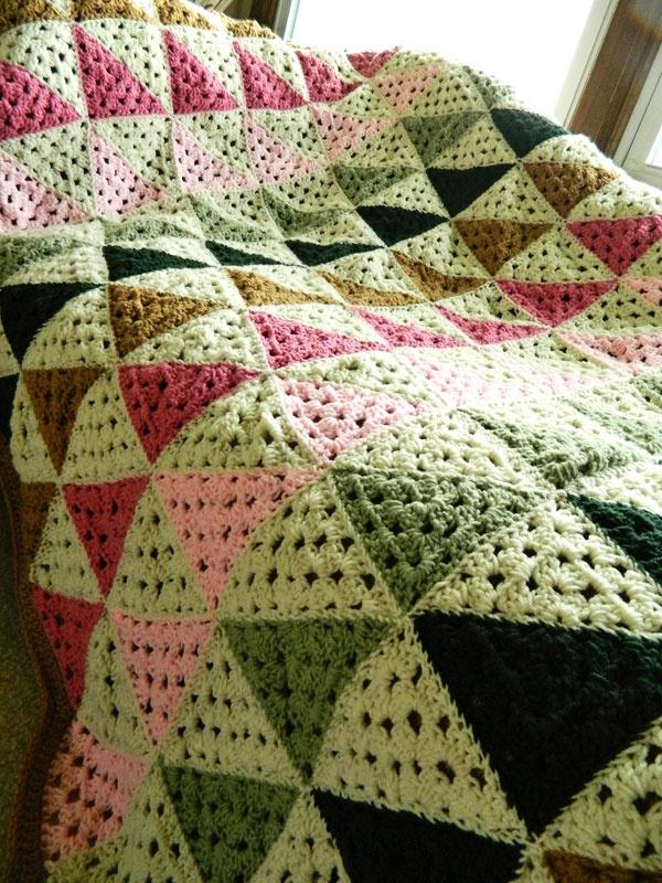 Cobertor de crochê com motivos de triângulos