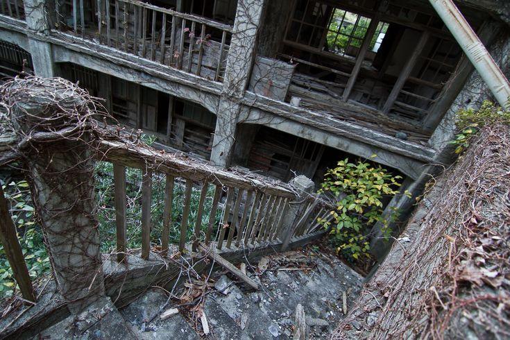 5- (Hashima Island, Japão) - No passado Hashima Island foi rica em carvão, com mais de 5.000 mineiros, uma vez que vivem na ilha. Quando a gasolina substituiu o carvão como principal fonte de energia do Japão, o acordo foi abandonado. Agora, a cidade outrora próspera está assustadoramente abandonada, com apenas sombras restantes.