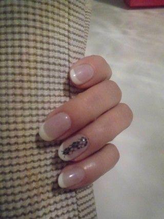 francuski manicure ze zdobieniem