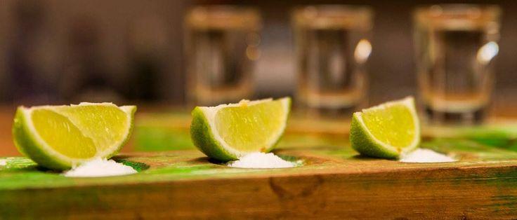 Os shots de tequilha e respetivas limas e sal são servidos em tacos de madeira coloridos.