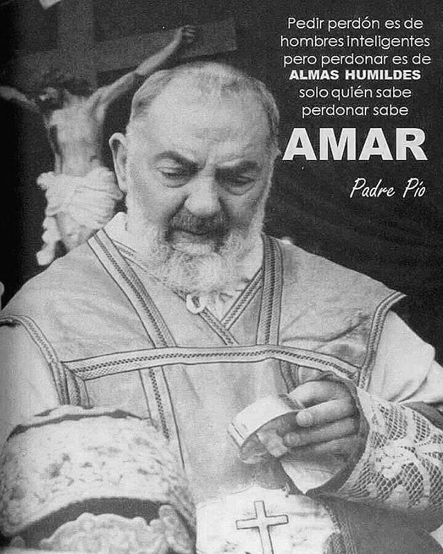 """#FRASES DE #SANTOS """"Pedir perdón es de hombres inteligentes, pero perdonar es de ALMAS HUMILDES, sólo quien sabe perdonar sabe AMAR""""...Padre Pio"""