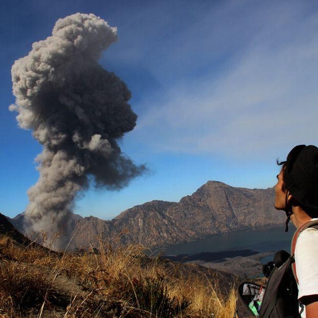 L'eruzione del vulcano Rinjani sull'isola di Lombok, in Indonesia. Il Rinjani è il secondo vulcano più grande dell'Indonesia