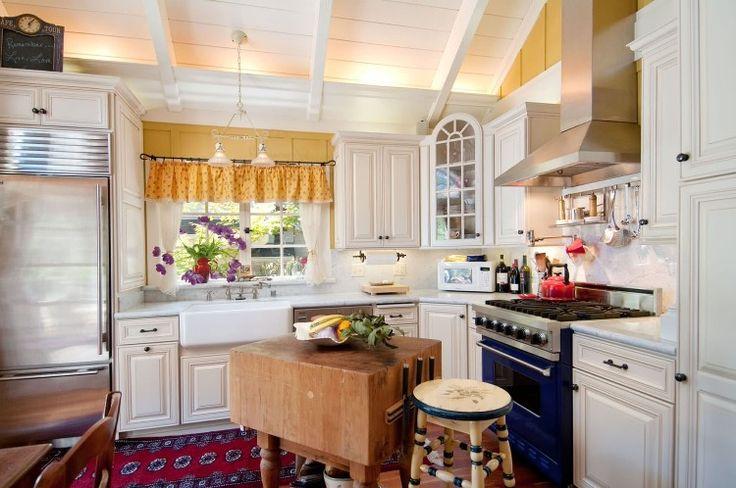 meubles de cuisine en bois blanc neige, poutres apparentes au plafond et tapis design