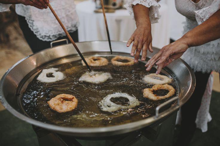 Buñuelos con chocolate como idea de merienda en boda. Buñuelos Los Gitanillos