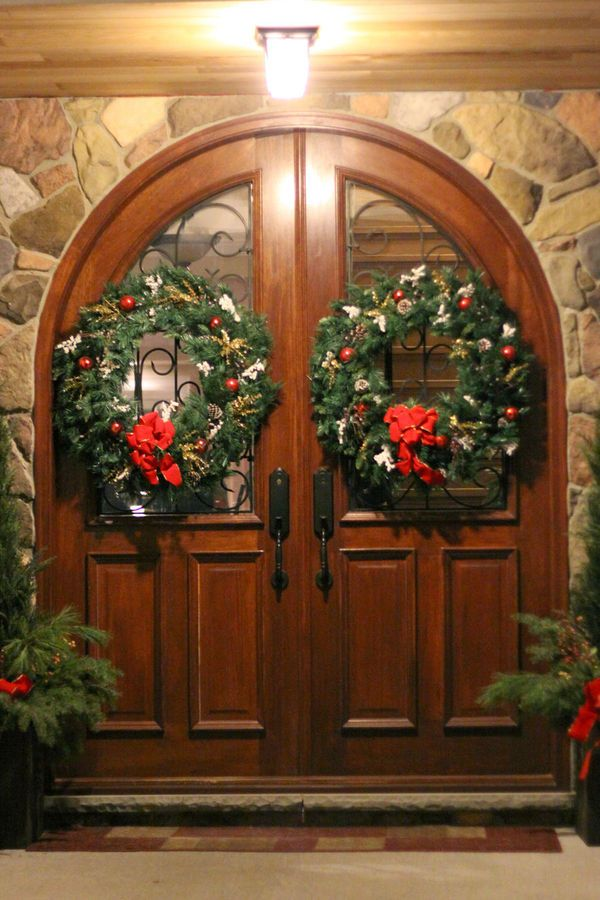 595 best christmas holiday wreaths images on pinterest for Front door xmas wreaths