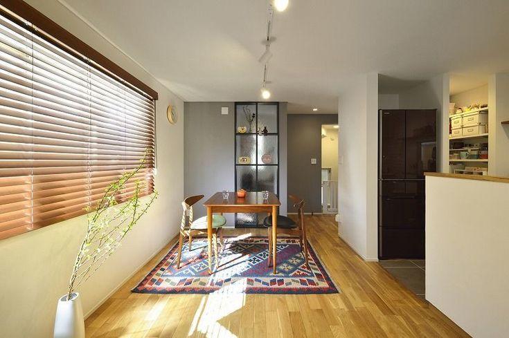 戸建リノベ、戸建リノベーション事例。小さな空間が光あふれる広々リビングに。お客様のご希望は「あかるいおうち」。1階は、フロアすべてをLDKにしました。そして壁付けだったキッチンをオープンな対面キッチンに、飾り棚も兼ねたガラスの内窓もいれて、光あふれるLDKが完成!限られた空間に収納スペースを確保するため、パントリーや家電用の棚を新たに造作。キッチンの出窓にも棚板を入れて収納兼飾り棚として有効活用しています。リビングの出窓の下は扉付きの収納でしたが、扉をなくして使いやすくしました。奥様にリノベ後の、お気に入りスペースはどちらですか?と伺ったところ、「タイルの目地も迷ったけどこの色にしてよかったし、全体的に気に入ってます!」とおっしゃっていただきました。珪藻土は、お施主さまご家族で塗装。テレビの下のBOXやブラインドもだんな様が取り付けされたそうです。既存を生かしたり、お客様も珪藻土塗りに参加したりすることで、予算を抑えながら理想の住まいを実現しました。