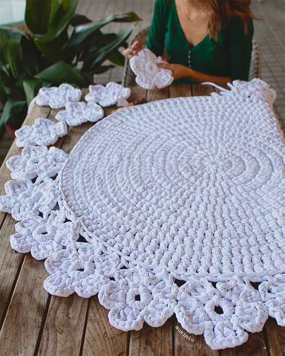 Crochet with Trapillo hand woven carpet model Camelia. Size 1.10 meters in diameter