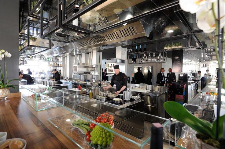 La cucina a vista del locale, su modello dell'Atelier di Robuchon a Parigi
