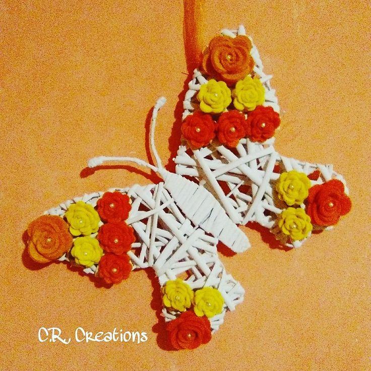 fuoriporta con farfalla in vimini decorata con rose in feltro  #fuoriporta #outdoor #rose #flowers #roses #handamade #felt #feltro #farfalla #butterfly