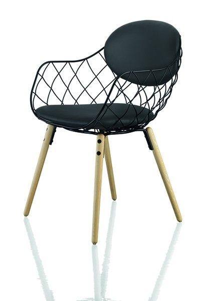 """Jetzt bei Desigano.com Piña Sessel Sitzmöbel, Sessel von Magis ab Euro 643,00 € https://www.desigano.com/sessel/2900-pina-sessel-magis.html Piña Sessel mit Armlehnen.Sitzschale aus Stahldraht, epoxydlackiert. Beine aus massiver Buche, naturfarben. Kissen für Sitzfläche und Rückenlehne aus Polyurethan, geschäumt, aus Stoff (Kvadrat, """"Star"""") bezogen.Ausführungen:naturfarben 7011 - grün 5038 - grün F-351 (935)naturfarben 7011 - blau 5054 - blau F-256 (775)naturfarben 7011 - rot 5084…"""