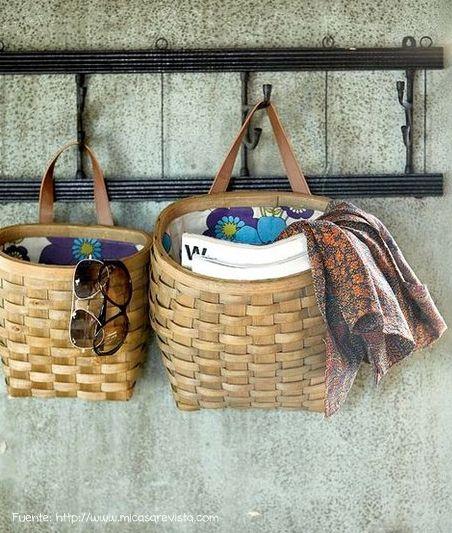 Un espacio muy chico se solucionó con un perchero al que se le colgaron estos cestos para tener lo imprescindible a mano.