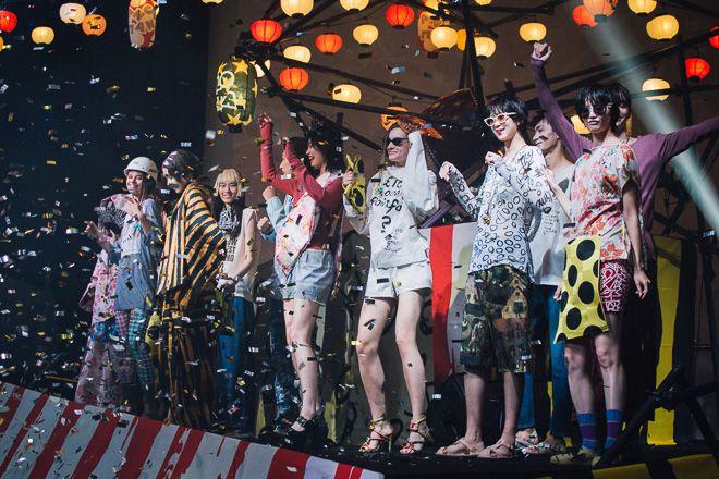 「ヴィヴィアン・ウエストウッド アングロマニア(Vivienne Westwood Anglomania)」が11月20日、東京タワー下のスターライズタワーで2018年春夏コレクションのショーを開催した。会場は縁日の屋台が並び、日本の祭を彷彿とさせる空間がゲストを迎えた。   イベント「Winter Street Festival」はショーとアトラクションの2部構成