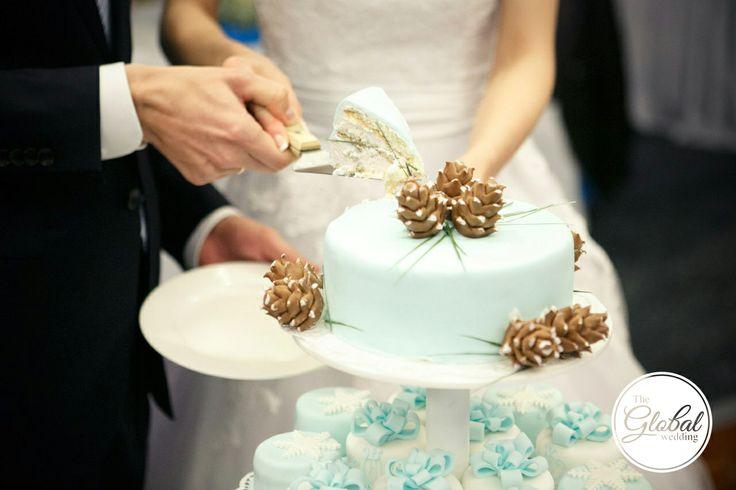 Свадебный торт зимний с шишками и снежинками. Winter wedding cake.