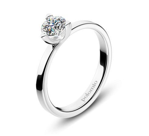 ZÁSNUBNÍ PRSTEN ORADEA Polomio Jewellery. Velice netradiční a moderní pojetí klasického solitérního prstenu. Takový je prsten Oradea se třemi krapnami, které drží kámen usazený na jednoduché obroučce. Co dodat víc?....i malý detail, někdy dokáže divy. Zásnubní prsten je možné obědnat v červené, růžové, bílé a žluté barvě zlata. Zásnubní prsteny jsou osazeny zirkony, brilianty, nebo moisanity.