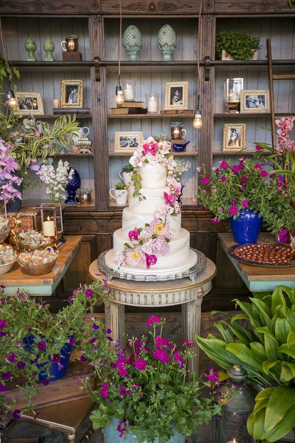 Bolo de casamento florido - flores de açúcar em tons de rosa ( Bolo: The King Cake | Foto: Anna Quast e Ricky Arruda )