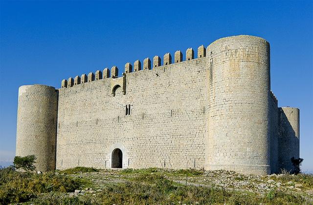 El castell de Montgrí / Al capdamunt del massís del Montgrí s'alça la figura emblemàtica del castell del Montgrí. Es començà a construir per Bernat de Llabià, governador de Torroella, el 1294 com a punt de control per un enfrontament entre Jaume el Just i Ponç V, comte d'Empúries, però les obres es van interrompre el 1301 sense acabar-ne la construcció, degut a la consolidació del poder del comtat de Barcelona envers al comtat d'Empúries.