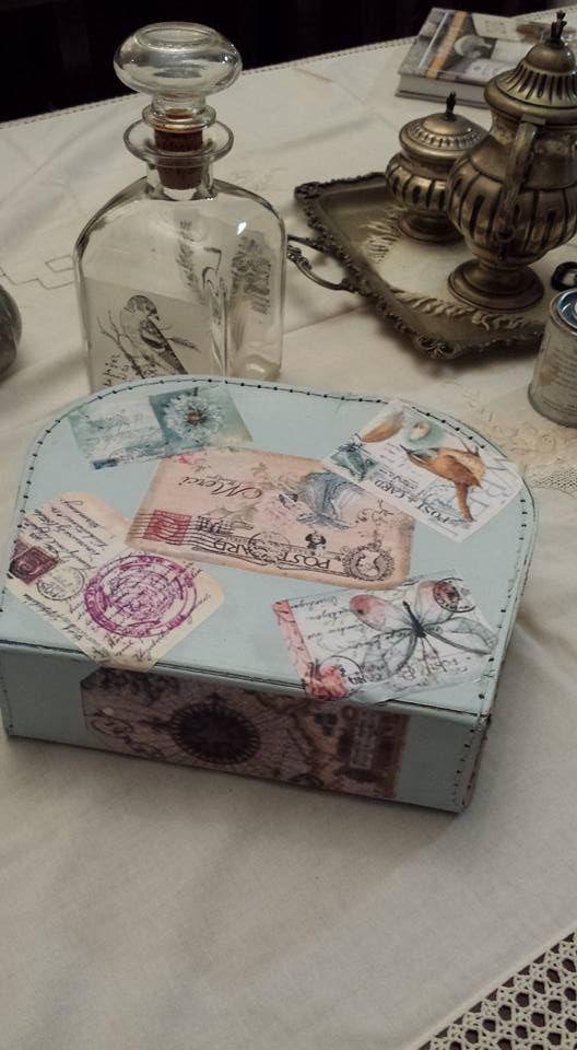 valigia vintage restaurata dipinta e con applicazioni di decoupage