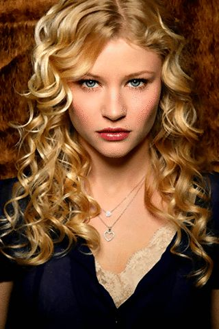 Claire Kramer (Emilie De Ravin), Sara's troubled younger sister. Loves Noah. (Mine To Hold)