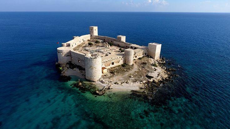 """Doğu Akdeniz'in önemli turizm merkezlerinden Mersin, Unesco Dünya Mirası Geçici Listesi'nde yer alan 4 farklı yerle bu alanda önemli bir konumda bulunurken ziyaretçilerini de binlerce yıllık tarihi yolculuklara çıkarıyor.   Kızkalesi ve Adam Kayalar gibi dünyaca ünlü yerleri sınırlarında barındıran """"Korykos Antik Kenti""""nin yanı sıra, """"Alahan Manastırı"""", """"St. Paul Kuyusu ve Kilisesi"""" ile """"Mamure Kalesi"""", Unesco dünya mirası geçici listesi'nde yer alıyor. ( Sezgin Pancar - Anadolu Ajansı )"""