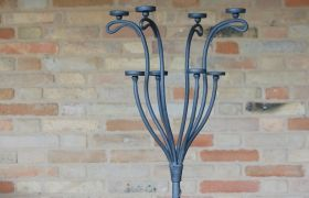Forgiato a mano, con otto braccia in ferro battuto e finitura in grigio ferro antracite. #artigianato #candelabro #ferro #iron #complementiarredo