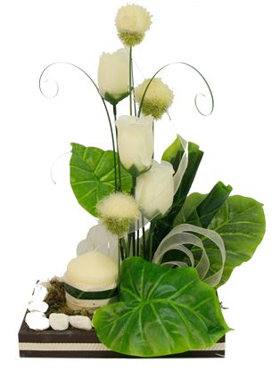 Centro De Mesa Marfil/ Oro Arreglo con flores, plantas y vela. Ideal para una boda