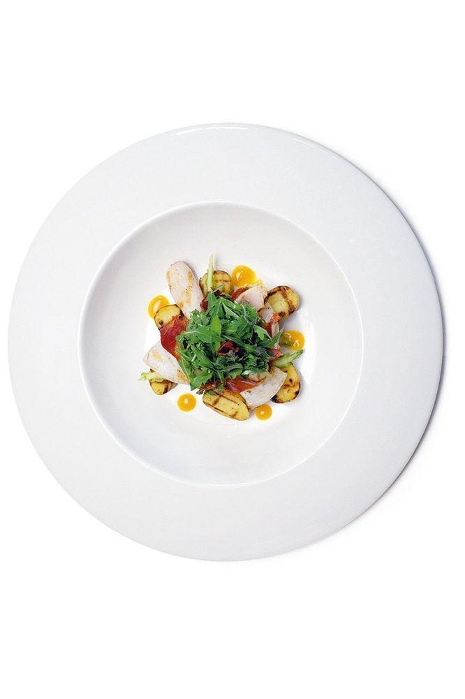 Салат из жаренного на гриле кальмара, молодого картофеля и чоризо с листьями рукколы и мякотью маракуйи
