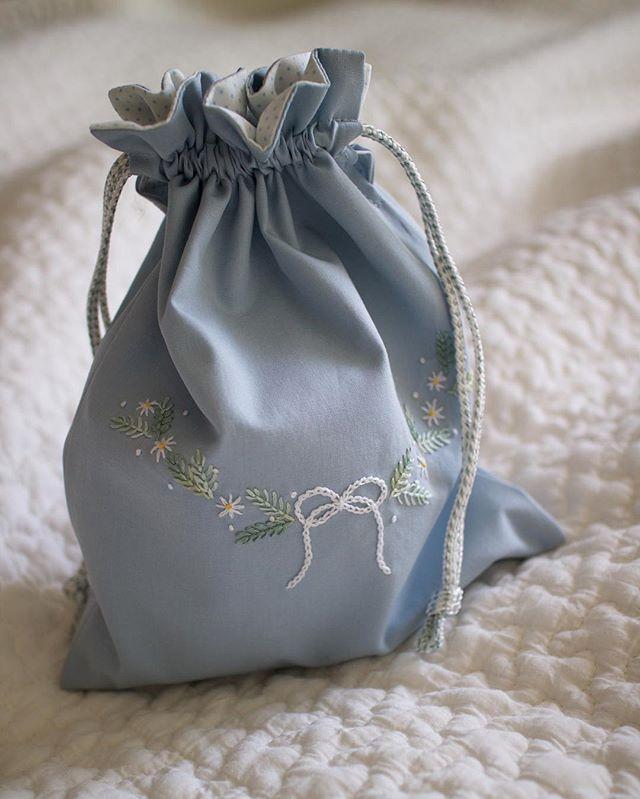 お弁当袋とお揃いのコップ袋 紐はお宝 #MOKUBA . #刺しゅう #刺繍 #embroidery #handembroidery #巾着袋 #コップ袋…