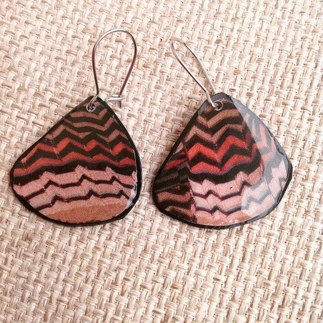 Earrings#recycled#upcycled#missonistyle#modern#plastic#plasticbottle#resin#bizoulanz#black#brown#zigzag#Rethymno#σκουλαρίκια#χειροποίητα#ανακυκλώσιμο#ecofriendly#καφέ#μαύρο#χειμώνας