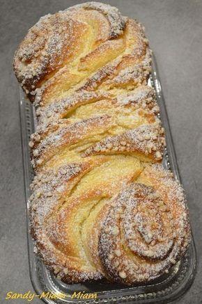 Brioche russe // 600 g de farine - 250 ml de lait tiède - 12 g de levure de boulanger fraîche - 90 g de sucre en poudre + 40 g pour la garniture - 90 g de beurre mou + 50 g pour la garniture - 2 oeufs - 1 jaune d'oeuf + 1 càs de lait pour la dorure - sucre perlé - sucre glace