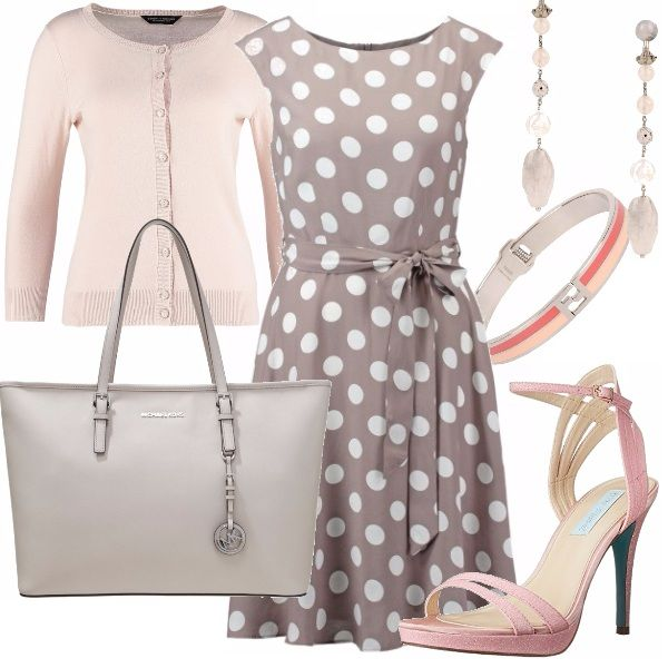 Outfit per l'ufficio dal sapore vagamente rétro composto da abito leggero a pois segnato in vita, cardigan rosa cipria e accessori in tinta. Indispensabile la shopping bag per laptop o tablet.