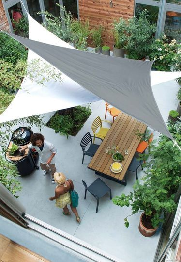 【バリエーションと空間の広がり】頭上に2枚のタープを組み合わせて張ったテラスの屋外ダイニング | 住宅デザイン