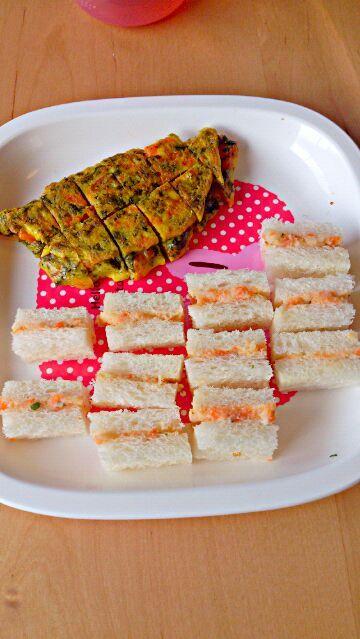 前回の茹でゴマ野菜があまったのですりつぶしてサンドイッチ用にリメイクしました - 3件のもぐもぐ - オムレツとサンドイッチプレート by あんこ