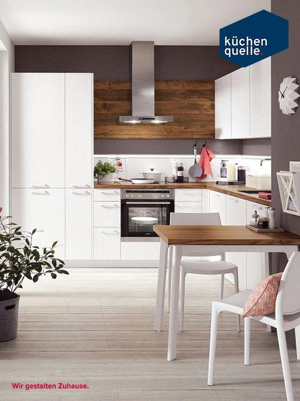Die weißen matten fronten sorgen zusammen mit der arbeitsplatte im balkeneiche look für einen harmonischer übergang zum wohnbereich falls die küche als