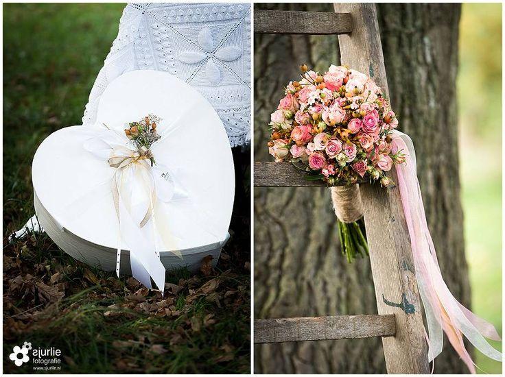 #inspiratie #huwelijk #trouwen #bruiloft #landelijk #vintage #roze #trouwthema #herfstbruiloft #buitenbruiloft #kortetrouwjurk #trouwjurk #styledfotoshoot #bruidsboeket #ladder #appelboom #enveloppendoos #trouwdag