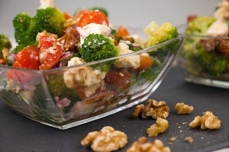 Den Brokkolisalat müsst ihr unbedingt probieren. Er schmeckt himmlisch lecker! Schön aromatisch und leicht. Perfekt als Low Carb Abendessen.