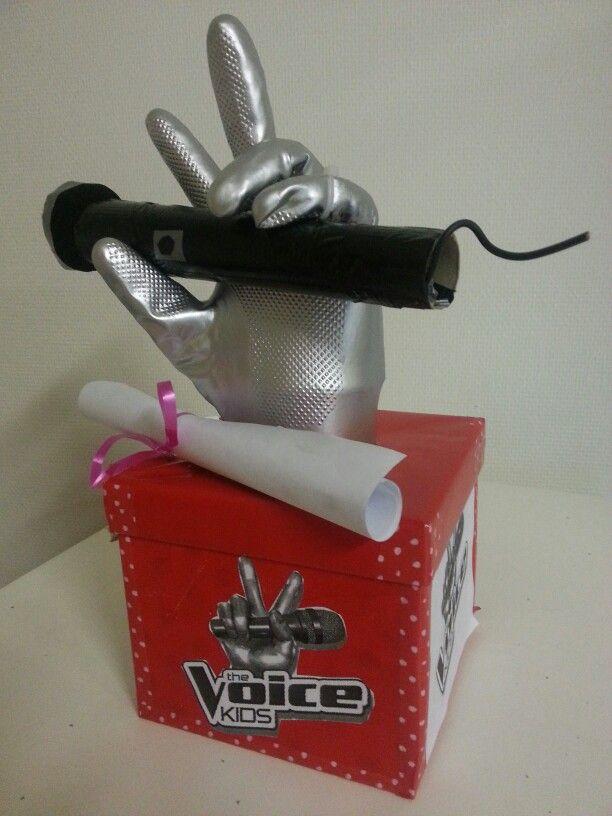 De hand is een huishoudhandschoen die zilver gespoten werd. Microfoon gemaakt met behulp van keukenrol en zwarte tape.
