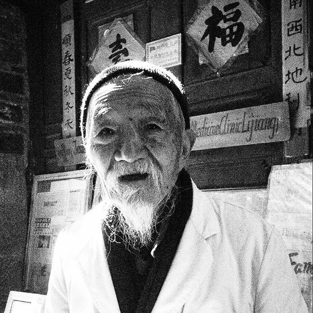 #RicordiCinesi di #CronacheCinesi: in #Baisha we met by chance the one and only #DrHo, the most admired man and the inspiration for a character in a  #BruceChatwin short novel. It was great to meet him and his 95 years old smile wishing #abighappyday to us #Yunnan #china ##chinesechronicles #olympuspen #lenscap #ep1 #instachina #instatravel #picoftheday #myphoto #taoistdoctor #teahorseroad