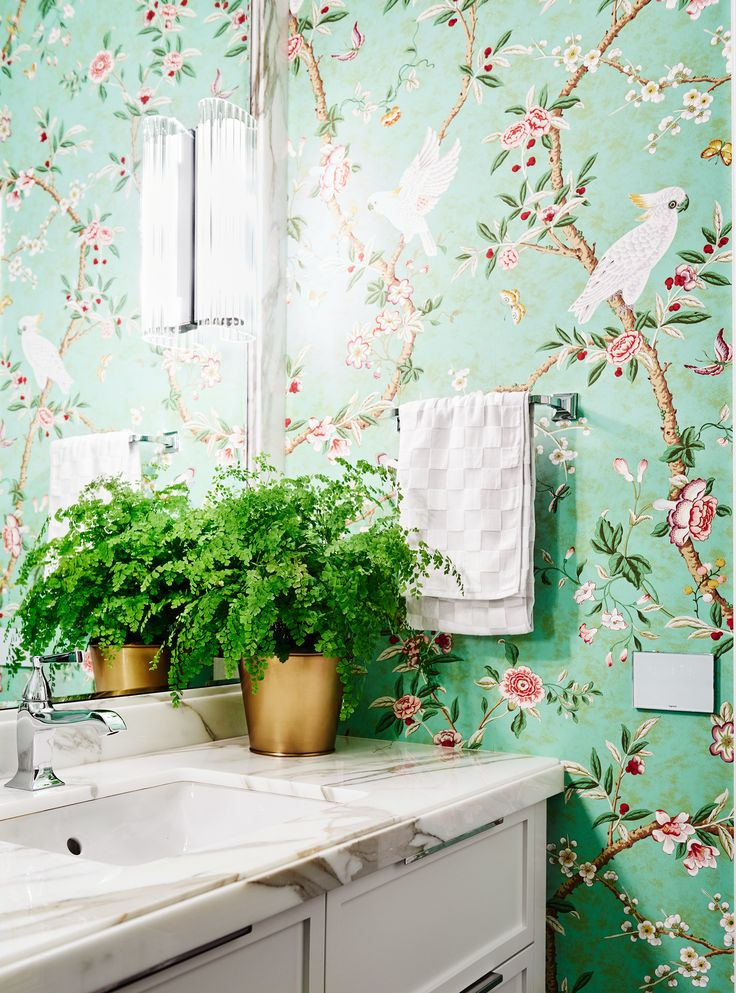 'Kanchou' wallpaper by Brunschwig & Fils featuring a cockatoo and floral motif is the focal point of this elegantly appointed bathroom in this renovated 1930s Georgian home. Photography: Lisa Cohen | Story: Belle
