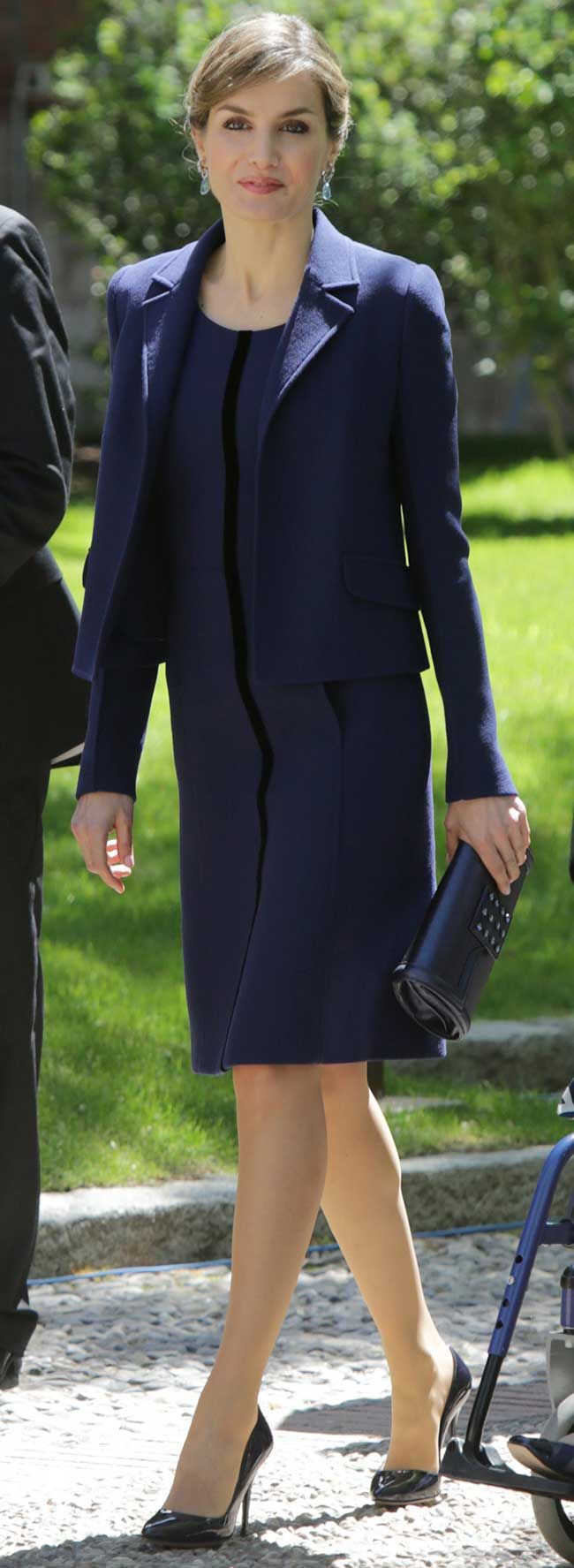 La Reina Letizia volvió a sacar su traje de chaqueta azul de Felipe Varela para el Premio Cervantes, que había estrenado en la Fiesta Nacional.