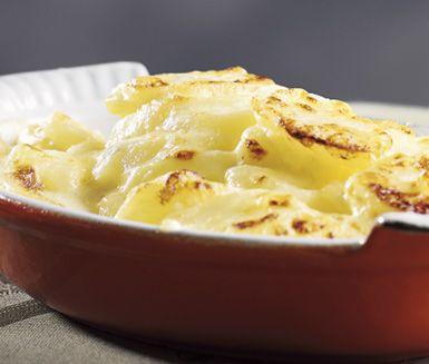 Ett enkelt recept på krämig potatisgratäng som passar bra som tillbehör till kött eller fisk. Du gör gratängen av bland annat potatis, vitlök, grädde, mjölk och ost på toppen. Alltid uppskattad!
