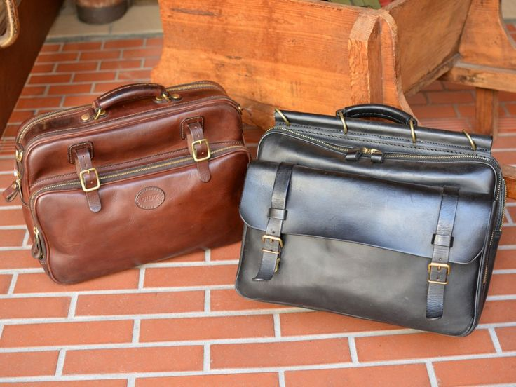 映画『舟を編む』にHERZのバッグが2型使用されました。松田龍平さんが演じる主人公の馬締光也が、「初代棒屋根鞄(A-78)」の黒を使用。加藤剛さんが演じる、馬締が務める辞書編集部の松本朋佑が、「ファスナータイプの2wayビジネスバッグ(BF-20-LL)」のチョコを使用しています。