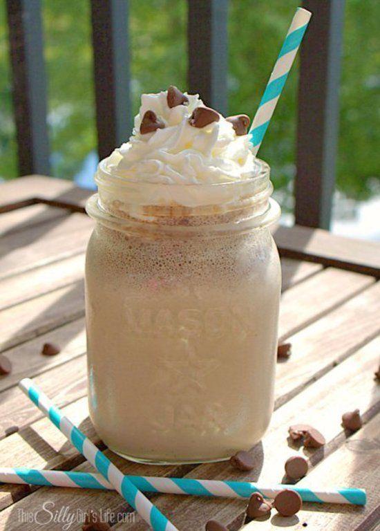 Veel mensen vinden koffie lekker en op warme dagen is een ijskoffie dan helemaal lekker. Genoeg mensen die geen koffie lustten maar wel gek zijn op ijskoffie. Wij hebben nu een heerlijk recept gevonden om heel gemakkelijk een ijskoffie te maken voor jou en je gasten. Benodigdheden: - 120ml koffie, liefst espresso - 120ml magere melk - ijsblokjes Doe de koffie in een beker en voeg hier de ijsblokjes aan toe. Vul het tot de rand met ijsblokjes. Voeg vervolgens de magere melk toe. Mix alle…